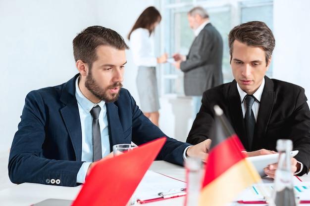 La gente de negocios trabajando juntos en la mesa.