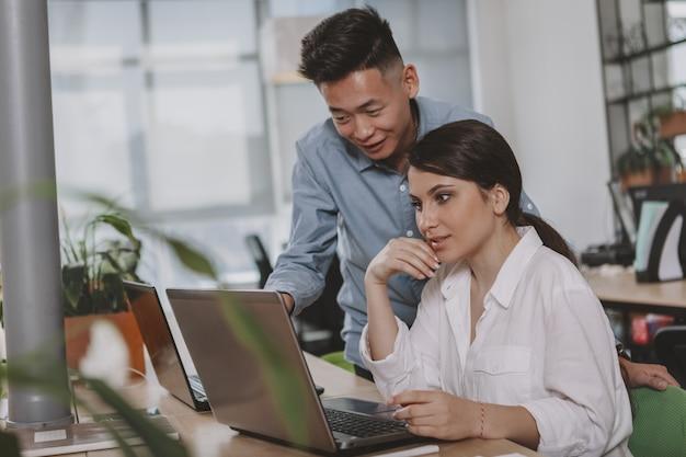Gente de negocios trabajando juntos en la oficina