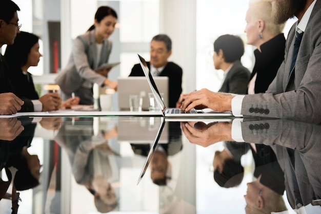 Gente de negocios trabajando juntos en una oficina