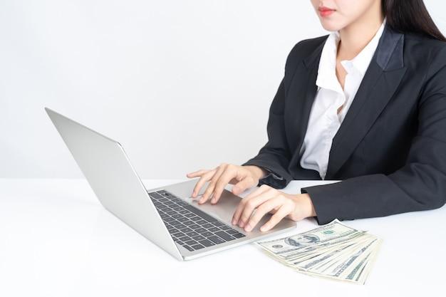 Gente de negocios trabajando con laptop en oficina