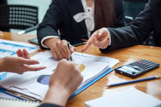 Gente de negocios trabajando en la oficina discutiendo documentos e ideas