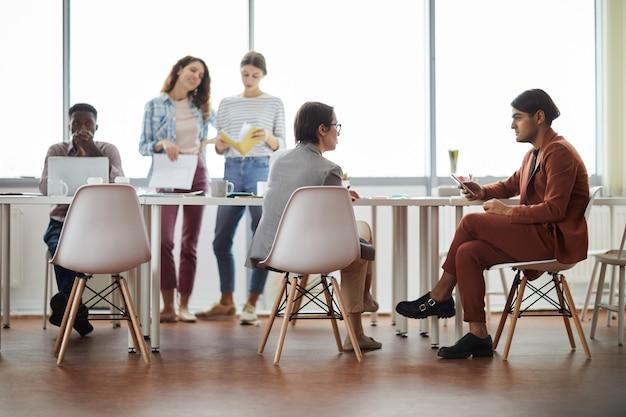 Gente de negocios trabajando en la oficina moderna