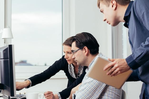 Gente de negocios trabajando en la oficina
