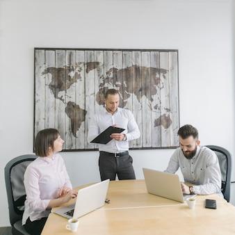Gente de negocios trabajando con portátil en oficina
