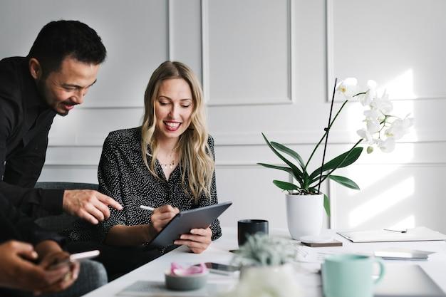 Gente de negocios trabajando con una tableta digital en una reunión