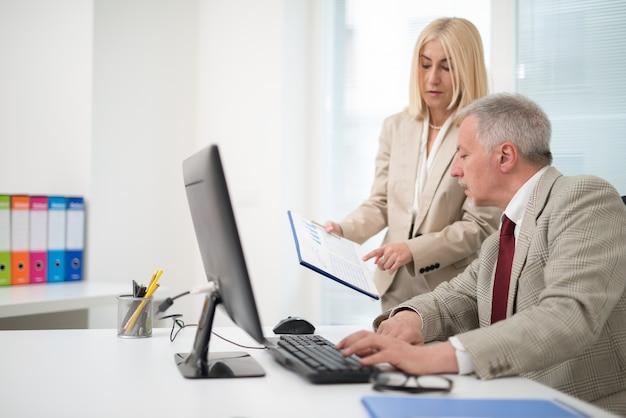 Gente de negocios en el trabajo en su oficina