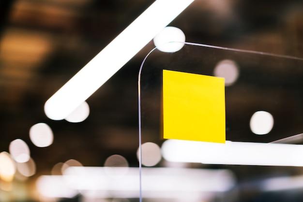 Gente de negocios usando notas adhesivas en separadores de plexiglás para compartir ideas y generar ideas.