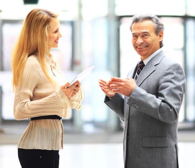 Gente de negocios usando una tableta digital