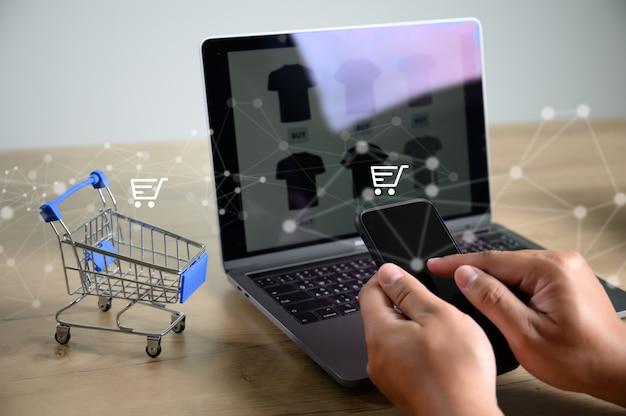 La gente de negocios utiliza tecnología comercio electrónico internet global marketing plan de compras