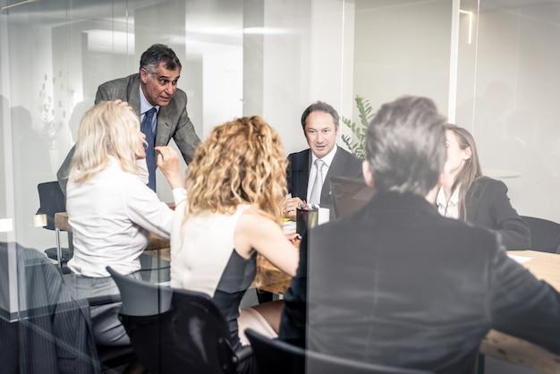 Gente de oficina trabajando y hablando sobre planes de negocios