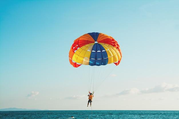 La gente está parasailing en la playa de pattaya.