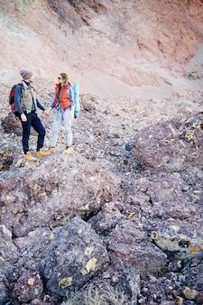 Gente pequeña contra la montaña enorme