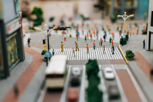 Gente pequeña o gente pequeña camina por muchas calles.
