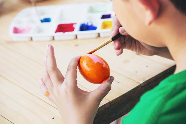 Gente pintando coloridos huevos de pascua - concepto de fiesta nacional de celebración de personas