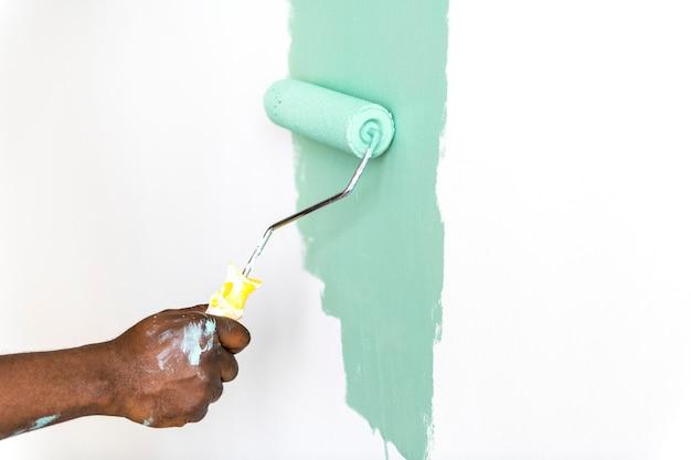 Gente pintando la pared de la casa
