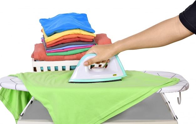 Gente planchando ropa en tabla de planchar