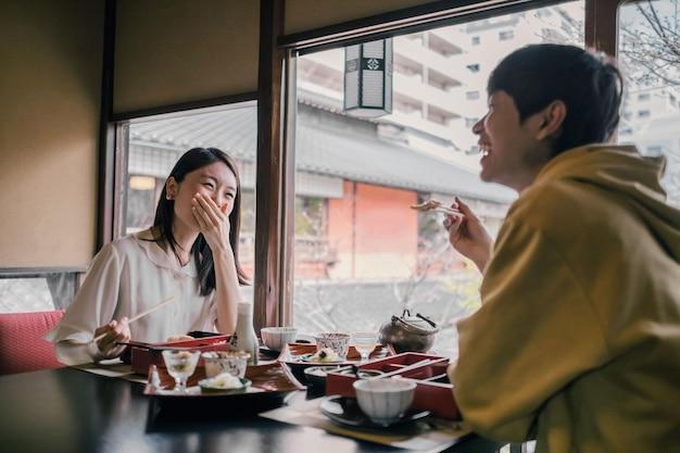 Gente de plano medio comiendo juntos