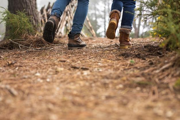 Gente de primer plano caminando juntos