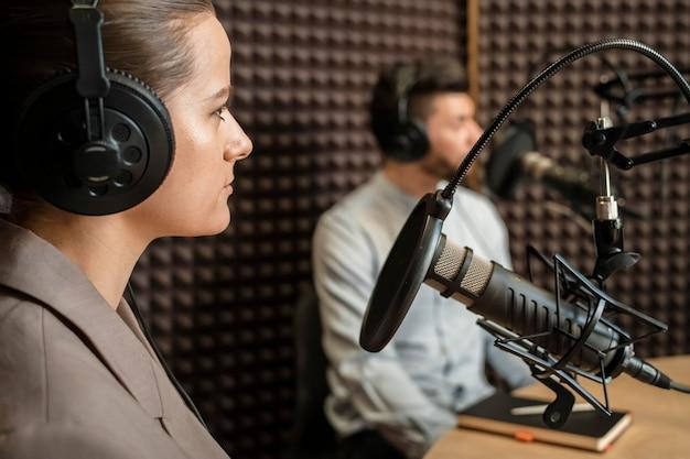 Gente de primer plano en la radio