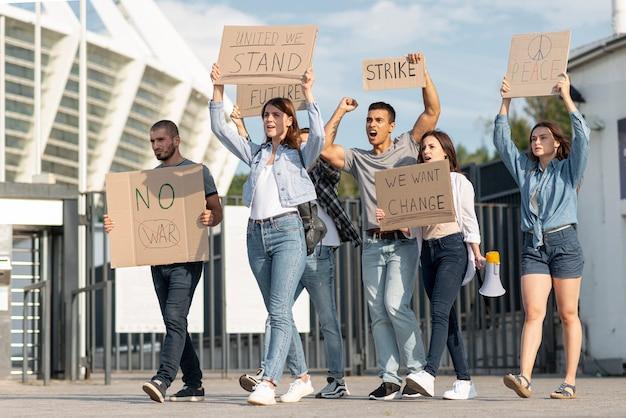 Gente protestando juntos por la paz