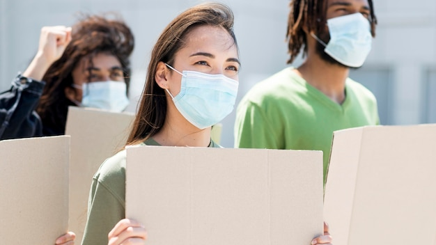 Gente protestando y usando máscaras médicas