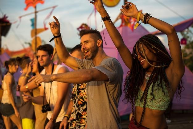 Gente que disfruta del festival de conciertos de música en vivo