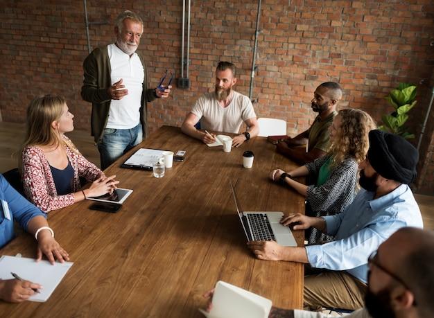 Gente que se encuentra concepto de la oficina del seminario