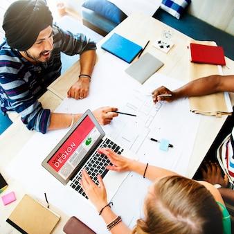 Gente que hace frente a discusión que se inspira concepto del diseño web