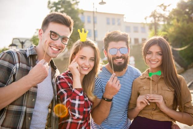 Gente que se relaja con amigos afuera.