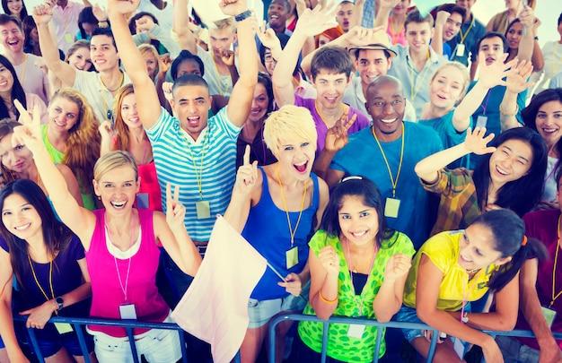 Gente que sonríe felicidad celebración concierto evento emoción concepto