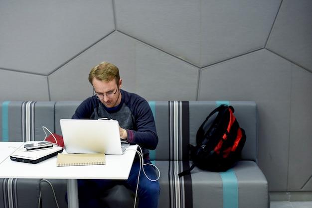 La gente que usa la computadora portátil