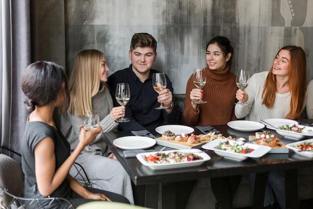 Gente reunida para cenar