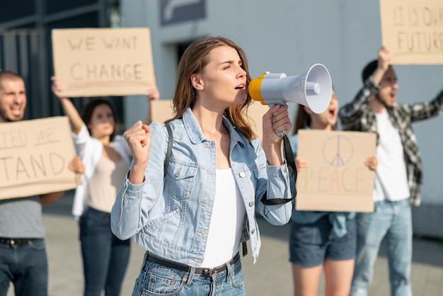 Gente reunida para unirse por la paz