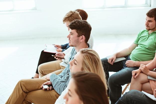 La gente en la reunión de negocios en la sala de conferencias.