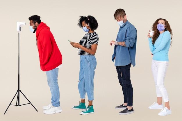 Gente revisando la temperatura y esperando en una cola nueva normalidad