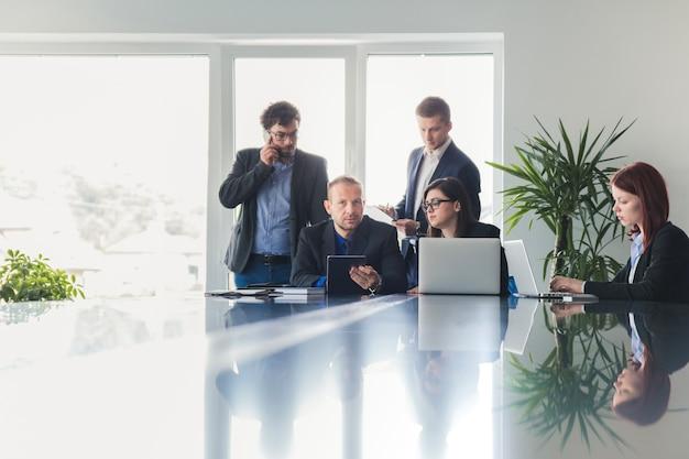 La gente en la sala de reuniones que tiene la conferencia