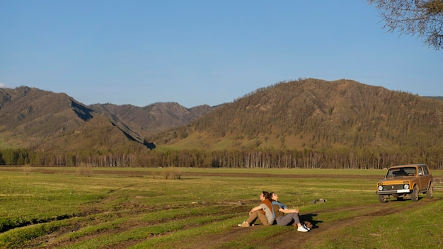 Gente sentada en la hierba tiro largo