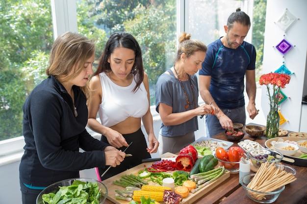 Gente seria cocinando en la cocina.