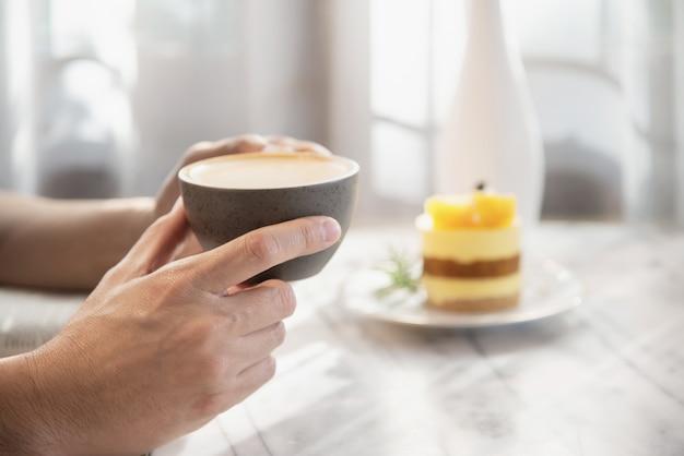 La gente sirve hermosa taza de café fresco relajarse por la mañana