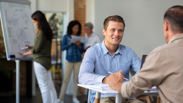 Gente sonriendo mientras está en conferencia rom.