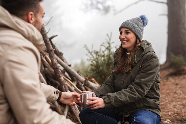Gente sonriente con bebida al aire libre