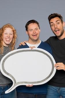 Gente sonriente posando junto a una burbuja de diálogo