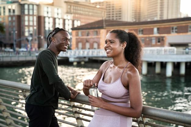 Gente sonriente de tiro medio al aire libre
