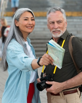 Gente sonriente de tiro medio con mapa