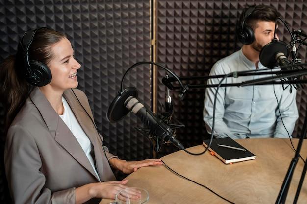 Gente sonriente de tiro medio en la radio