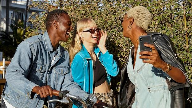 Gente sonriente de tiro medio con teléfono