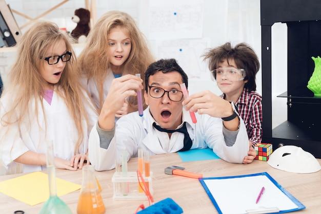 La gente está sorprendida por los resultados. el profesor los ayuda.