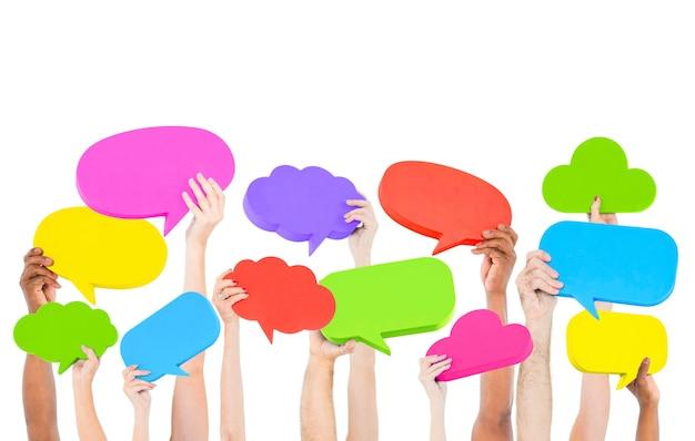 Gente sosteniendo burbujas coloridas discurso