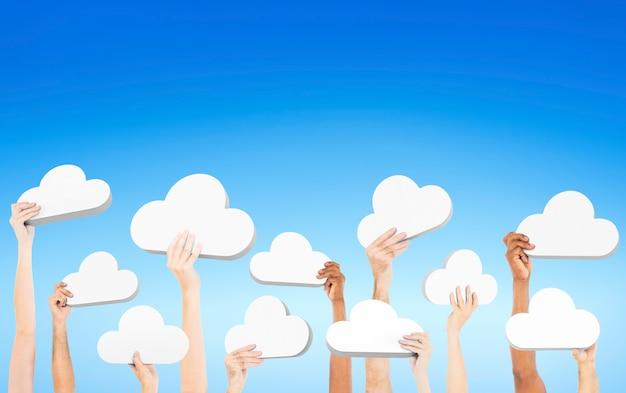 Gente sosteniendo nubes