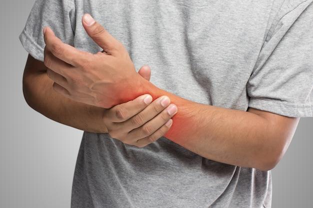 La gente tiene dolor en la mano